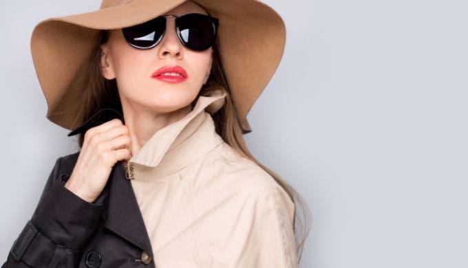 帽子にサングラスの女性の写真