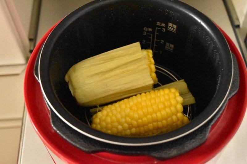 らでぃっしゅぼーやのとうもろこしを電気圧力鍋で蒸した写真