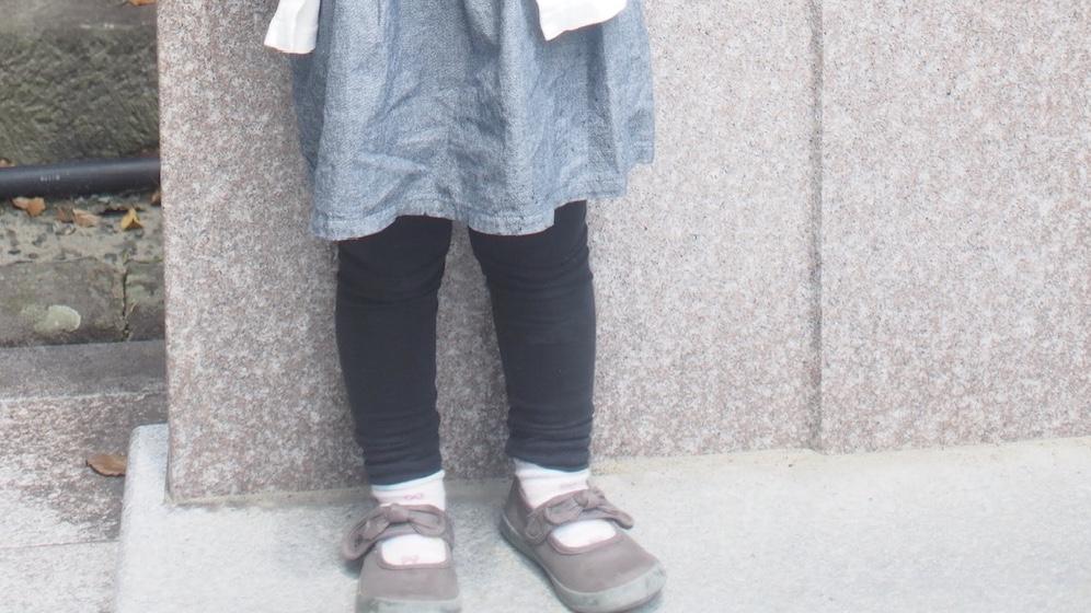 カジュアルな服に合わせたBEBEのリボン付バレエシューズ