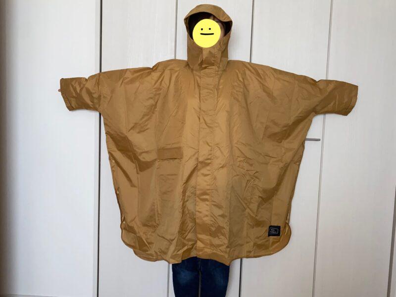 KiUのレインポンチョを着た画像